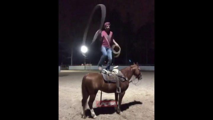 Debout sur un cheval faisant des tours de corde échouent