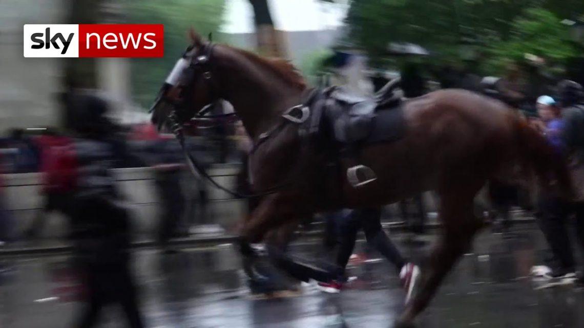 Un officier a frappé de cheval lors d'un affrontement avec des manifestants du BLM à Londres