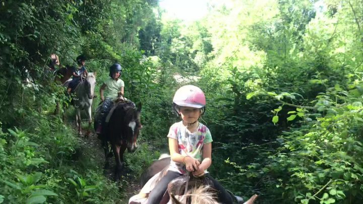 Balade à cheval pour les enfants, maquis, forêt et rivière au Ranch de Sagone