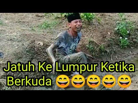 Jatuh Ke Lumpur Ketika Berkuda – Échec du cheval dans la zone publique