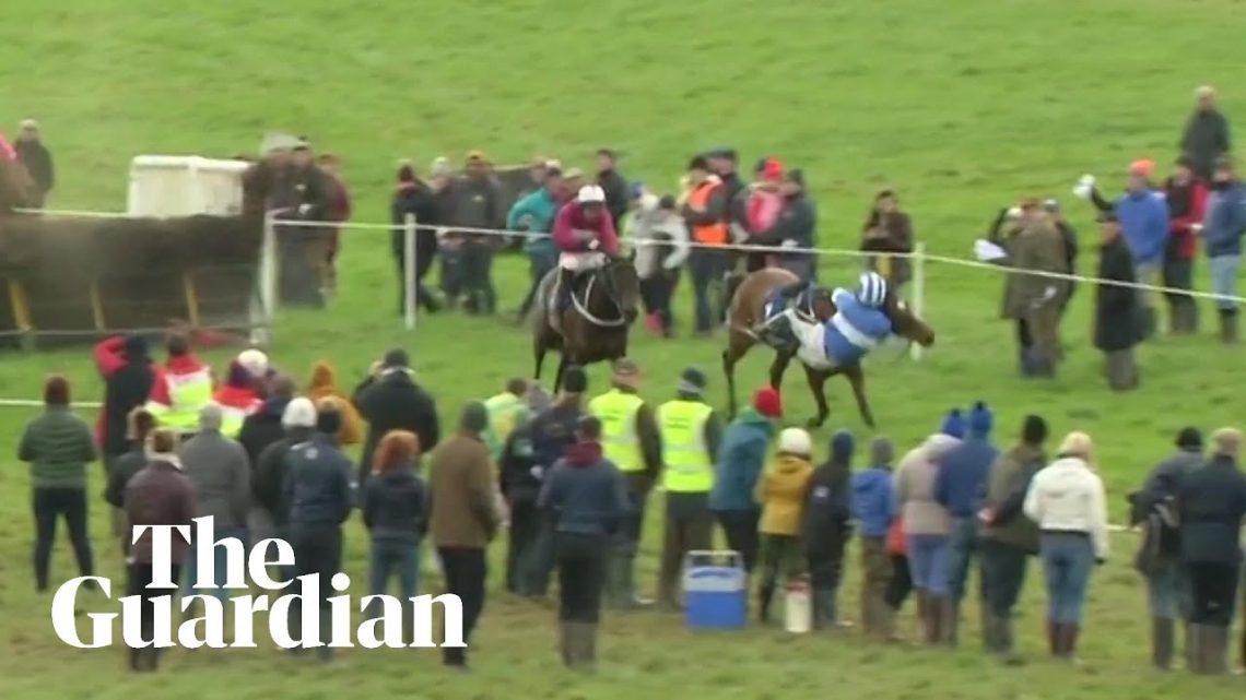 Un jockey irlandais tombe presque de cheval mais remporte la course après une incroyable récupération